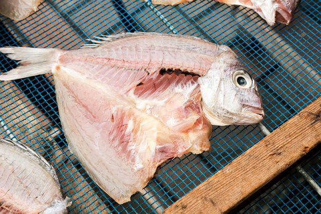 店舗までは瀬戸内の魚の干物も